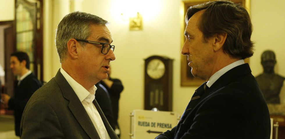 José Manuel Villegas (Ciudadanos) y Rafael Hernando (PP) charlan tras la reunión del pacto antiyihadista el oasado 22 de marzo.