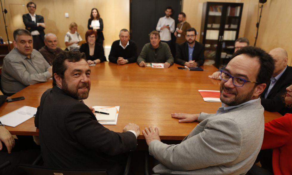 Gutiérrez (izquierda), de Ciudadanos, y Hernando, del PSOE, en una reunión la pasada semana.