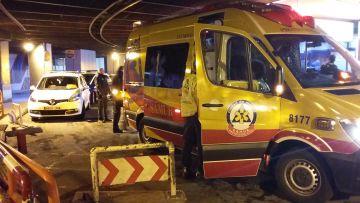 Policías municipales y sanitarios del Samur, en los bajos de Azca.