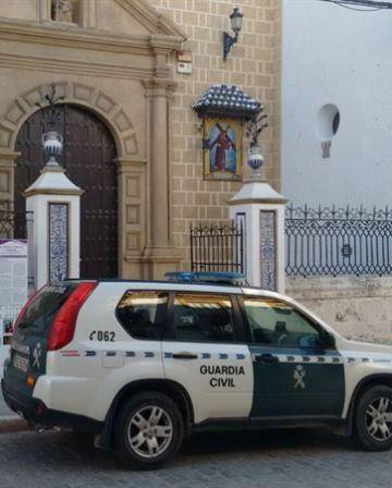 Una patrulla, en la puerta de la iglesia.
