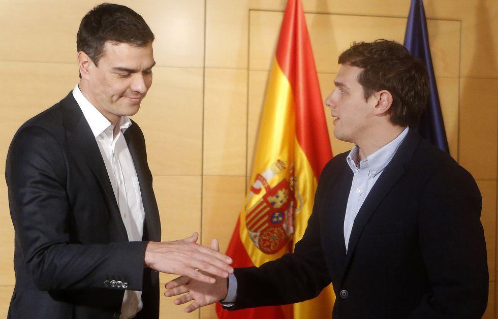 Pedro Sánchez y Albert Rivera se saludan el martes en el Congreso.