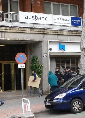 La policía con cajas en la sede de Ausbanc.