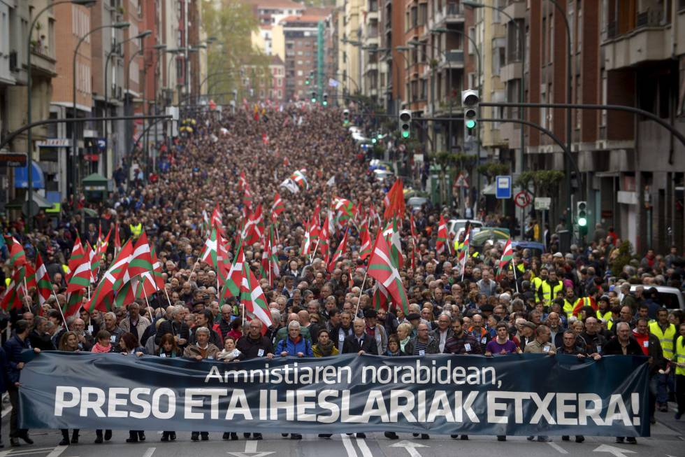 Cabecera de la manifestación de apoyo a los presos de ETA en Bilbao.