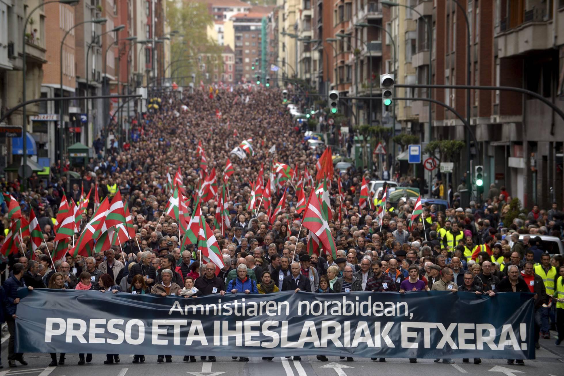 """Euskal Herria: Una multitud exige """"respeto a los derechos"""" de presos y exiliados. [vídeo] - Página 2 1460893458_890062_1460893558_noticia_normal_recorte1"""