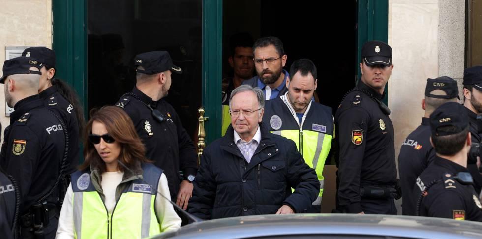 El presidente de Manos Limpias, Miguel Bernad, detenido tras el registro de su sede.