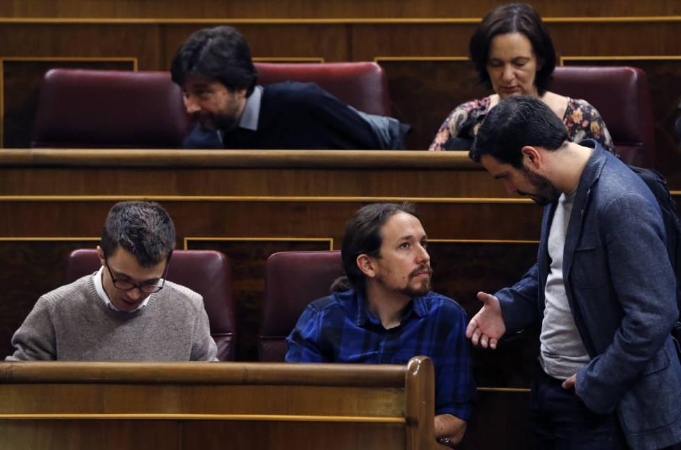 Alberto Garzón saluda a Pablo Iglesias, este martes en el Congreso.
