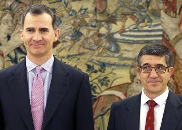 Patxi López entrega al Rey la lista de las formaciones que participarán en las consultas