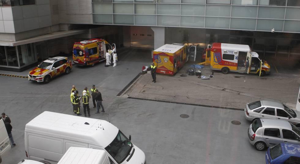 Imagen del despliegue de unidades de emergencias en un patio de EL PAÍS.