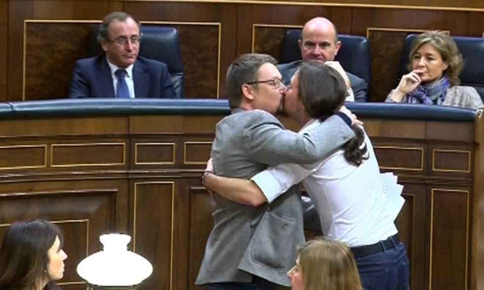 Pablo Iglesias y Xavier Doménech celebran su estreno en las Cortes con un beso.  rn