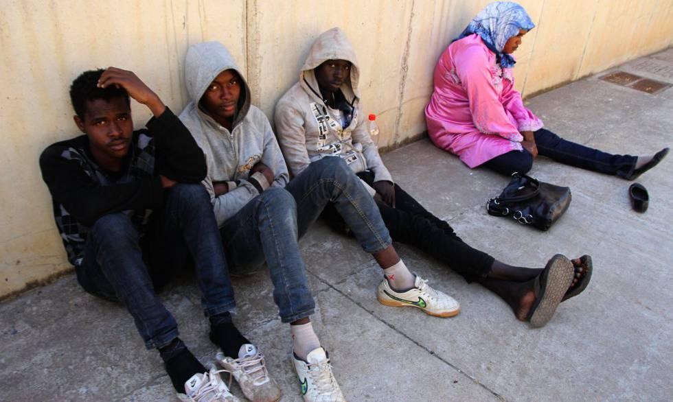 Cuatro inmigrantes subsaharianos intentaron entrar en Melilla ocultos en un vehículo. La policía detectó su presencia.