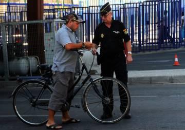 Un policia controla el paso de vehículos y peatones entre España y Marruecos.