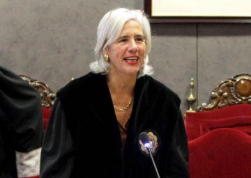 Garbiñe Biurrun (i), en su toma de posesión como juez en enero de 2015.