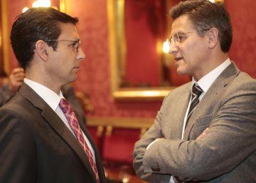 El portavoz del PSOE, Paco Cuenca (izquierda), y el de Ciudadanos, Luis Salvador, en el Ayuntamiento de Granada.