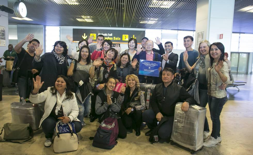 Empleados de la empresa china Tiens a su llegada al aeropuerto de Barajas.