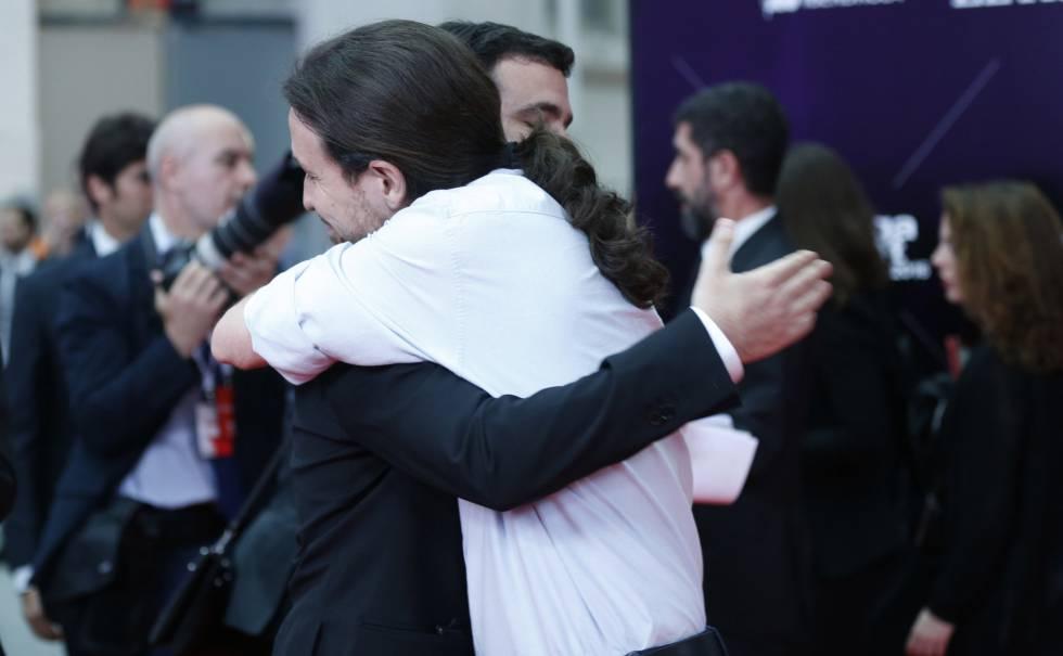 El líder de Podemos, Pablo Iglesias, abraza al candidato de IU, Alberto Garzón, en la gala de los premios Ortega y Gasset de EL PAÍS.