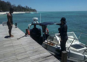 Buceadores malasios buscan la lancha en la que viajaban los dos españoles desaparecidos