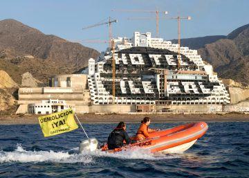 Exculpados los 28 activistas que pintaron El Algarrobico