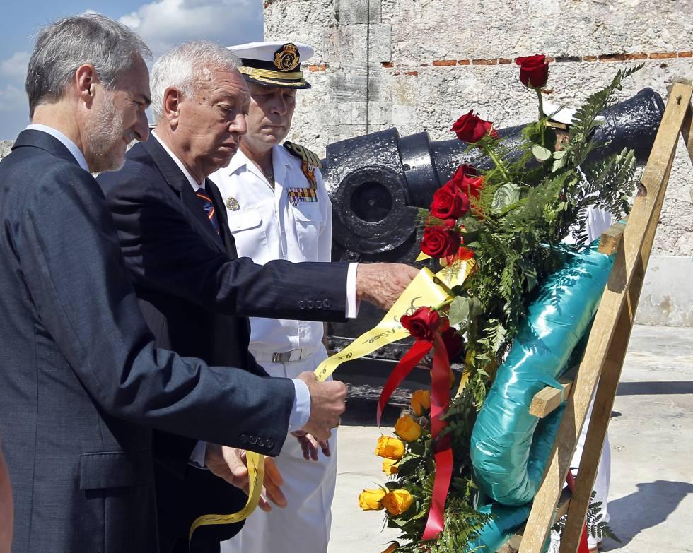 El ministro de Asuntos Exteriores, José Manuel García-Margallo (centro) el 14 de mayo en una ofrenda floral en La Habana.