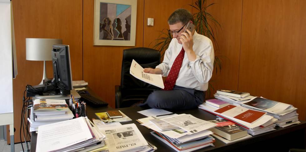 Jordi Sevilla en su despacho de Ferraz leyendo el programa económico y reformista del PSOE.