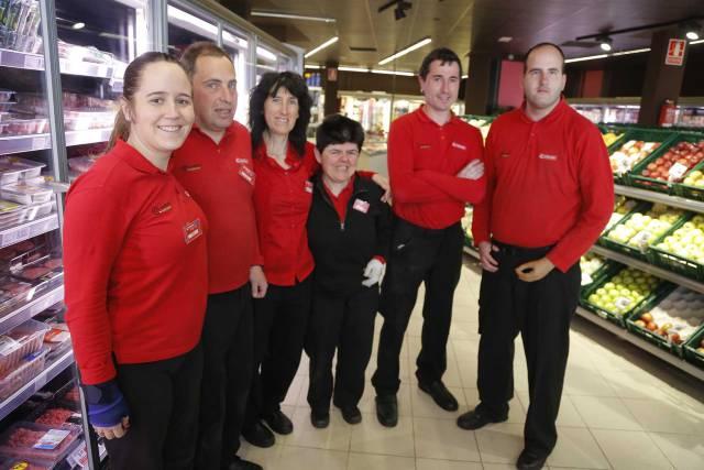Desde la izquierda, Idoia, Aitor, Izaskun, Arantxa, Gari y Ander, empleados del supermercado Eroski de Azpeitia.