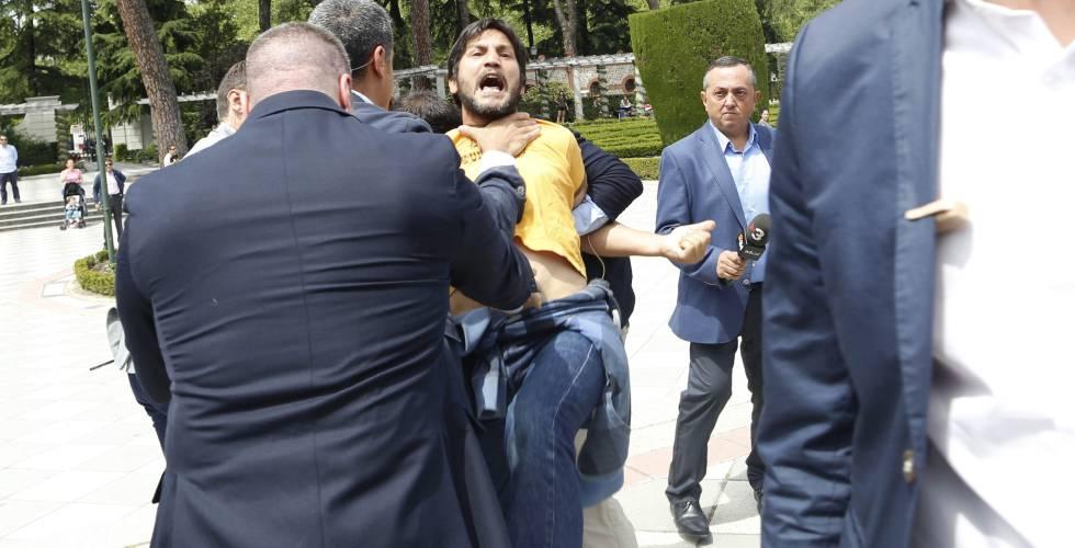 La seguridad de Rajoy reduce a Lagarder Danciu, tras irrumpir en el acto del PP.