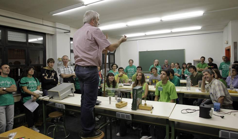 Un profesor durante uno de los talleres que se realizaron en el instituto Juan de la Cierva de Madrid, durante el encierro de alumnos y docentes en protesta por la política educativa de Madrid, en 2011.