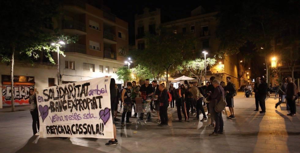 Cacerolada en el barrio de Gràcia por el Banc Expropiat.