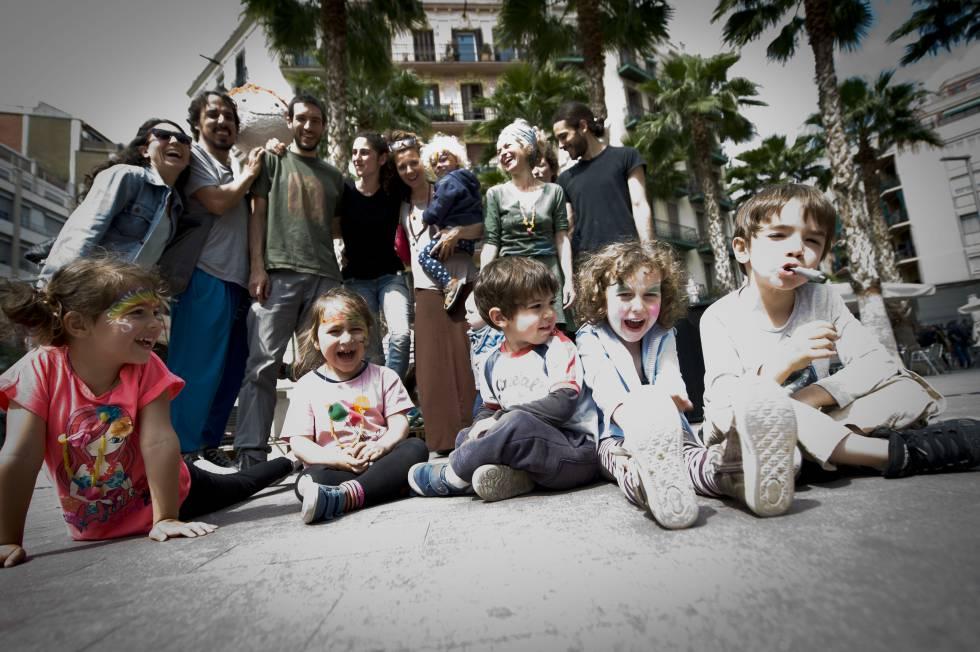 Padres e hijos del grupo de crianza Babalia en el barrio de Poble Sec, en Barcelona.