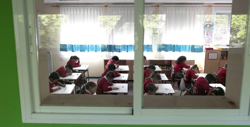 Alumnos realizan un examen en un centro público de Madrid.