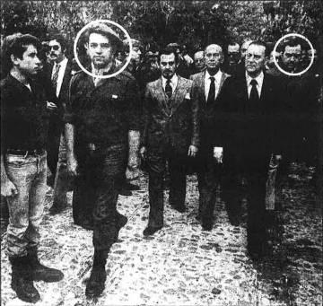 El presidente del Frente de la Juventud, José de las Heras (primero por la derecha), junto al exlíder de Fuerza Nueva Blas Piñar. Imagen captada en un acto organizado por Fuerza Nueva en Paracuellos del Jarama (Madrid).