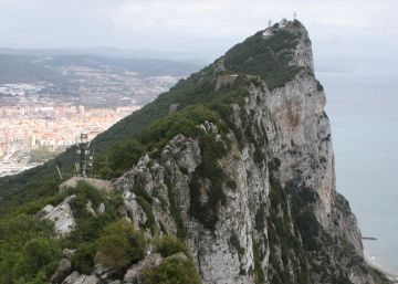 Detenido un miembro de Vox tras desplegar una enorme bandera de España en Gibraltar