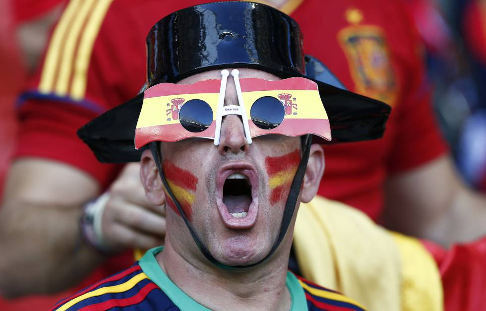 Un aficionado español en el estadio Allianz Riviera de Niza.