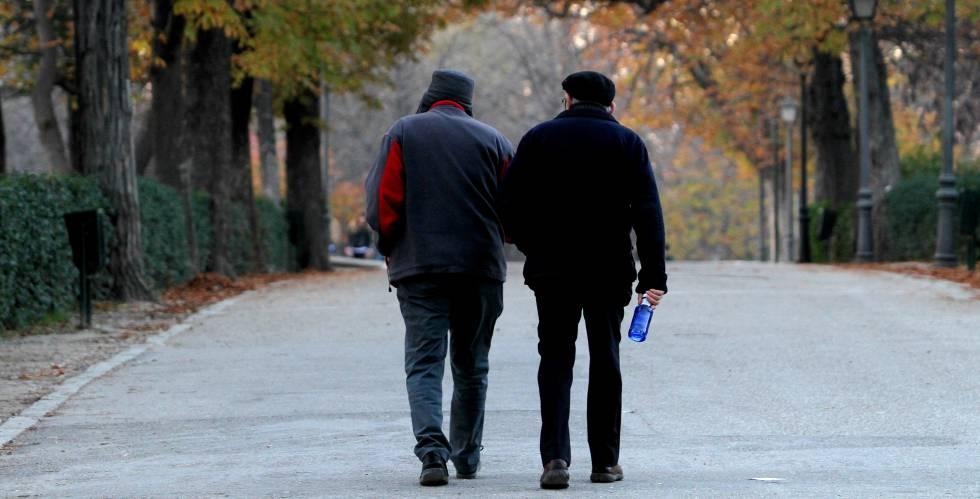 Una pareja de jubilados en el parque del Retiro en Madrid.