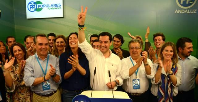 Juan Manuel Moreno (c), tras su victoria.
