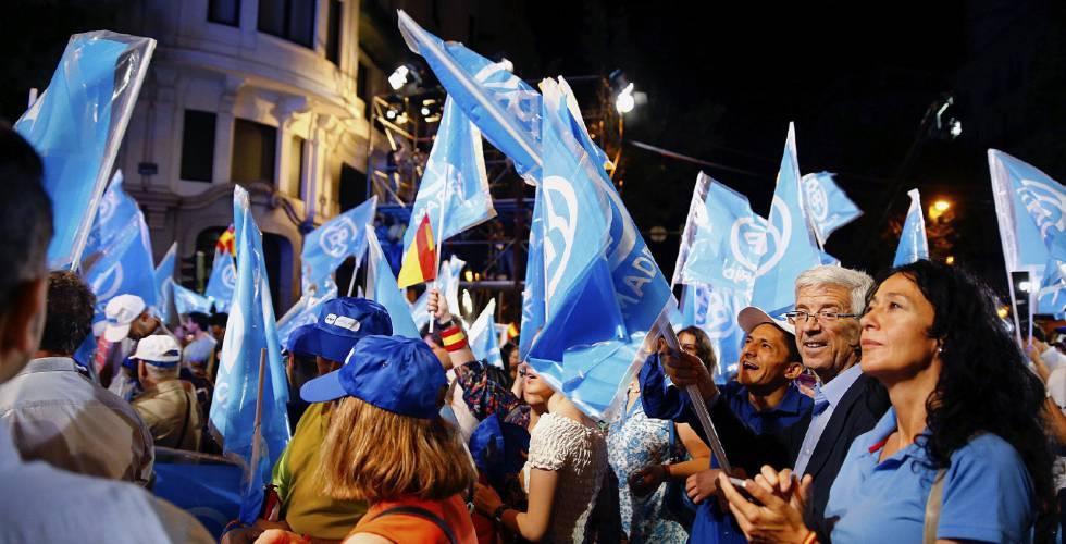 Simpatizantes del PP en la calle Génova, Madrid.