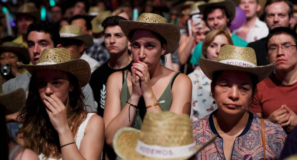 Seguidores de Unidos Podemos durante el escrutinio.