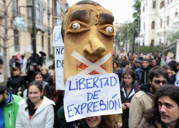 Muchos títeres y pocas protestas