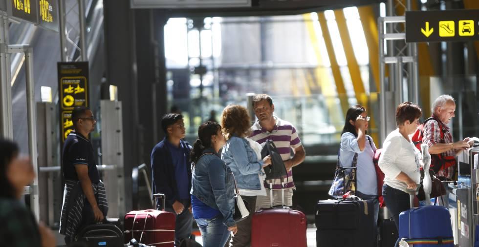 Viajeros en el aeropuerto de Barajas, en Madrid.