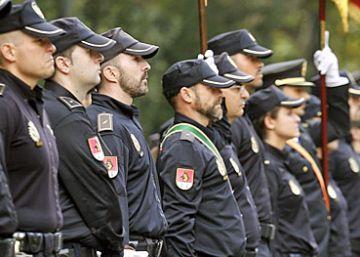 La policía ya tiene letra para su himno: se llama 'Tesón de hierro'