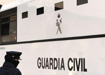 Guardia civil, mujer y víctima