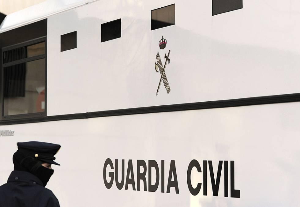 Una agente de la Guardia Civil ante una furgoneta del instituto armado.