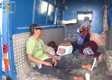 Interceptada una furgoneta con cinco inmigrantes sin papeles hacinadas en su interior