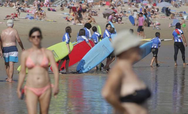 Bañistas y surfistas en la playa de La Zurriola, en San Sebastián.