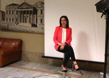 Margarita Robles se hace la foto oficial como diputada en el Congreso.