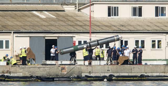 Operarios trasladan un misil del submarino británico.