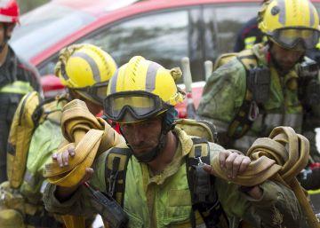 Miembros de la UME, bomberos forestales y brigadas antiincendios se disponen a entrar en el bosque para controlar el perímetro del incendio de la Sierra de Espadán.