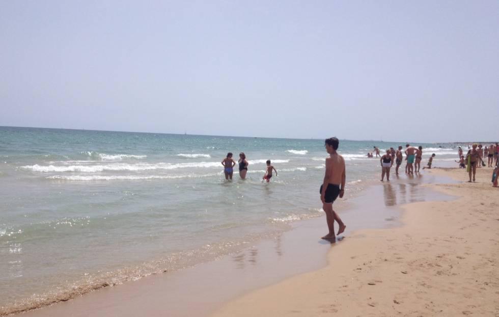 La playa de los Arenales ha recuperado la normalidad un día después del ataque de la tintorera.