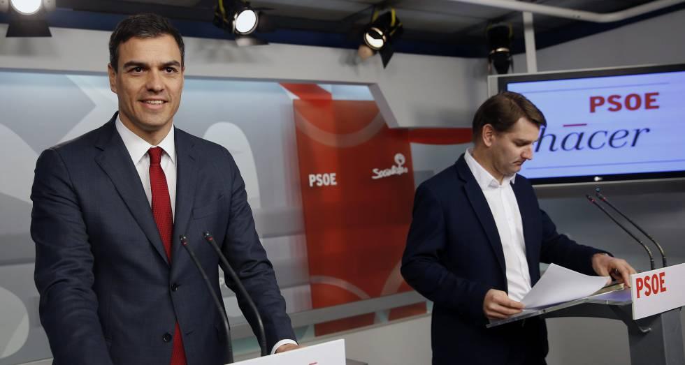 Pedro Sánchez junto al secretario de Economía del partido, Manuel de la Rocha, en una imagen de archivo.
