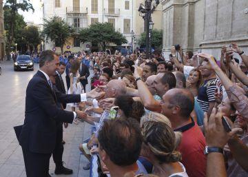 Felipe VI y Letizia, junto a doña Sofía, ofrecen una recepción a 450 miembros de la sociedad balear