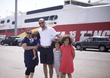 La familia Natl, proveniente de Orleans y con destino Casablanca, en Tarifa antes de embarcar.